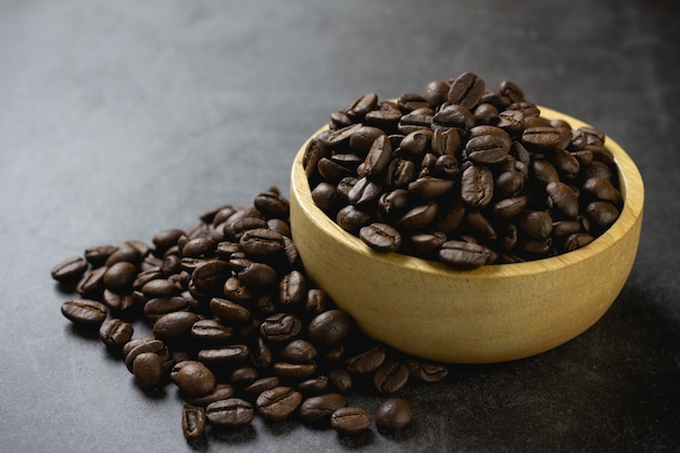 Granos de café en un tazón en la mesa