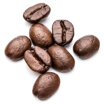 Granos de café tostados aislados en recorte de fondo blanco