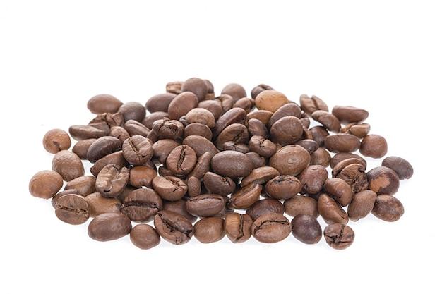 Granos de café tostados aislados
