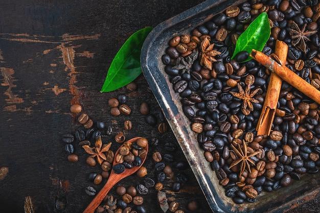 Granos de café tostados en una bandeja