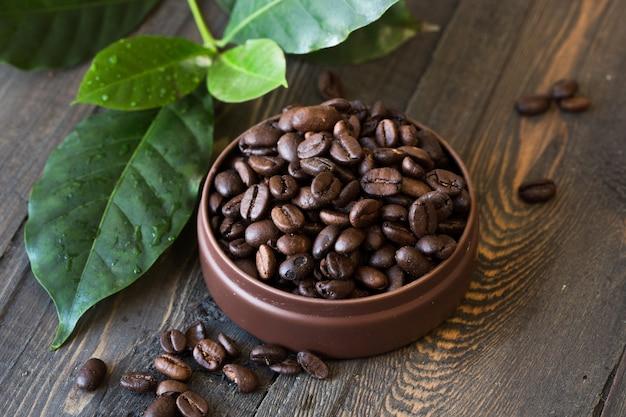 Granos de café tostados, café molido en la mesa de madera. vista superior.
