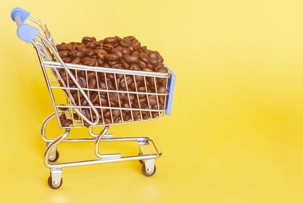 Granos de café tostados en carrito de compras