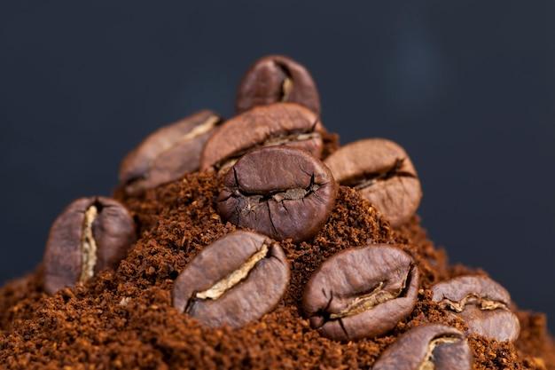 Los granos de café tostados se colocan en café molido, ingredientes que se pueden usar para hacer una bebida de café caliente y vigorizante, café en polvo.