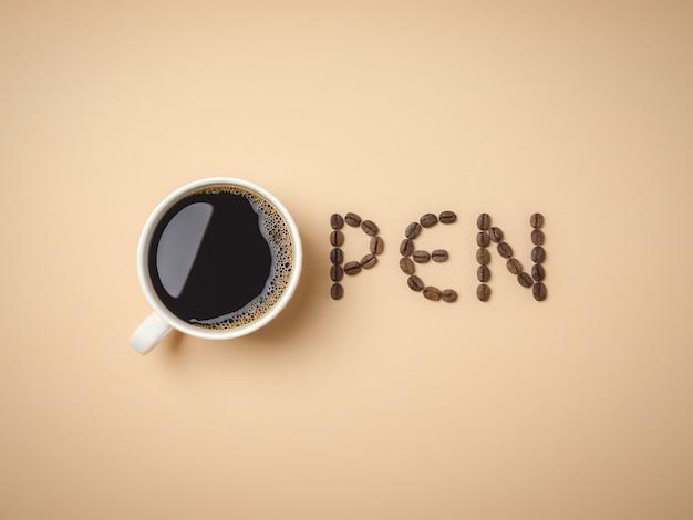 Granos de café tostados dispuestos en letras.