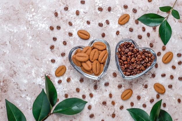 Granos de café tostados y galletas con forma de granos de café.