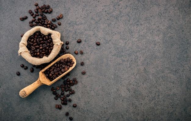 Granos de café tostados oscuros en piedra.