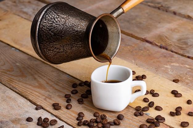 Granos de café y turco de metal
