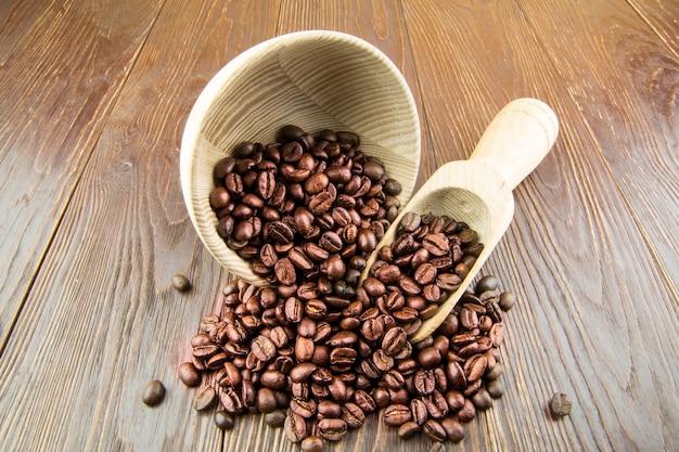 Granos de café con utensilios de cocina de madera antiguos