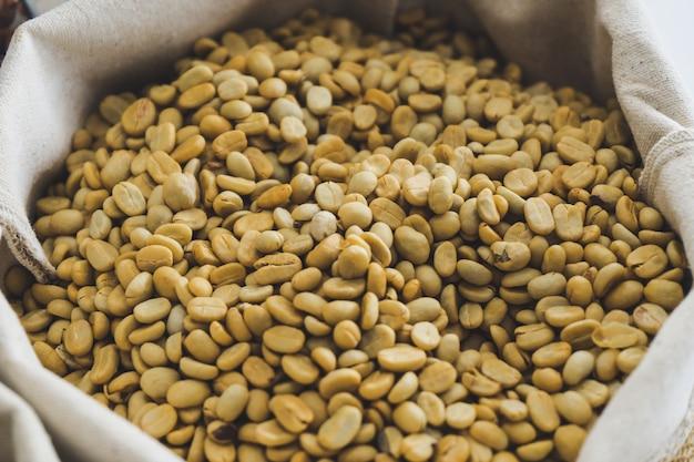 Los granos de café verde en el saco.