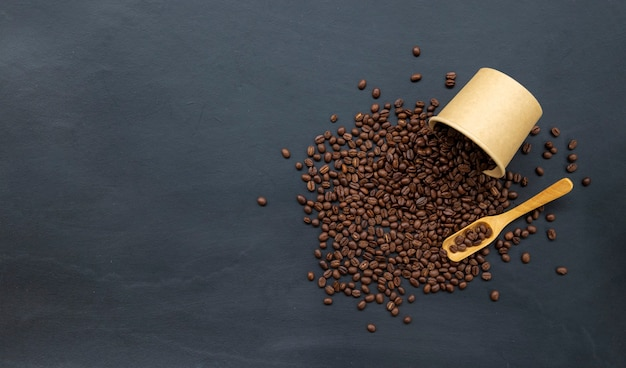 Granos de café en la vieja mesa negra