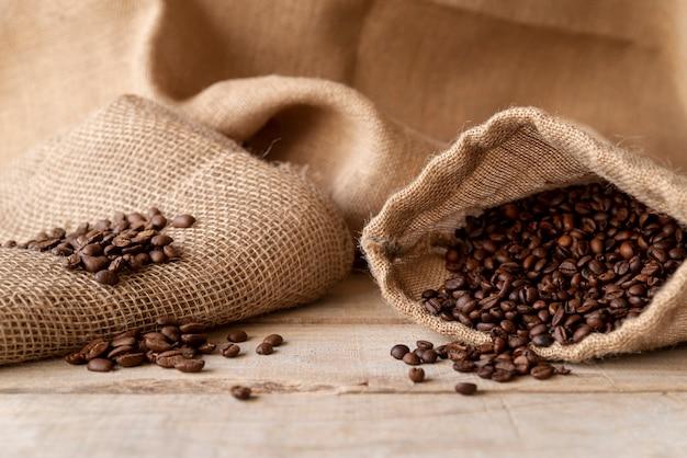 Granos de café en vista frontal de saco de arpillera
