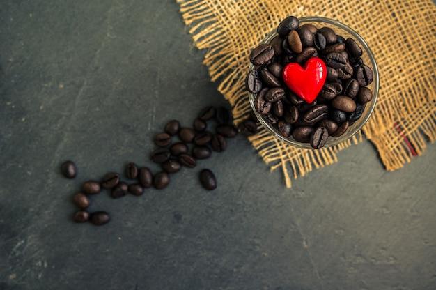 Granos de café en la vista de la mesa rústica