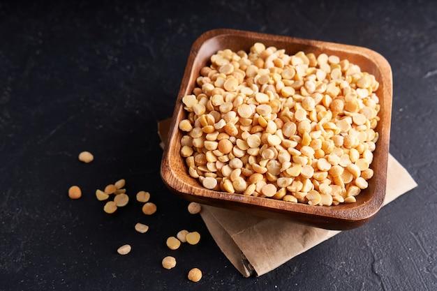 Granos de guisantes, cereales, granos en cuencos de madera.