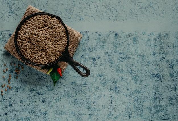 Granos de lentejas. granos de lentejas en un tazón y cuchara.