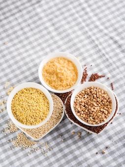 Granos libres de gluten en cuencos en la mesa de la cocina