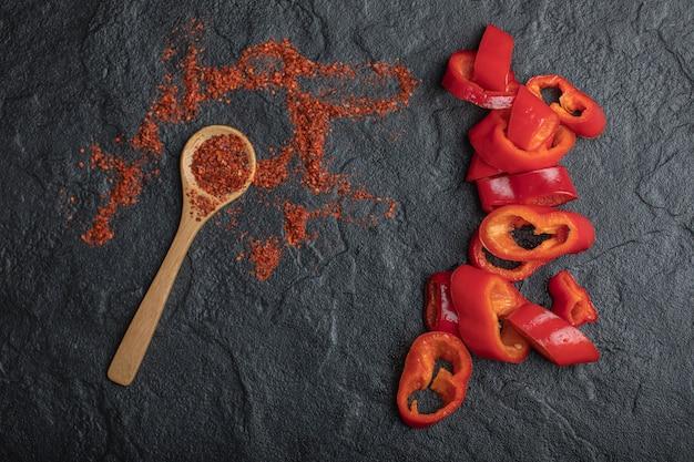 Granos de pimienta roja con rodajas de pimiento rojo fresco.