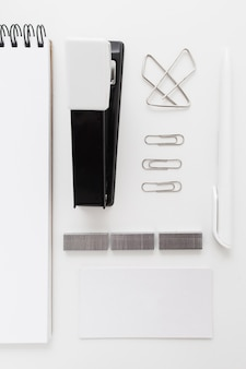 Grapadora negra con clips y adhesivos