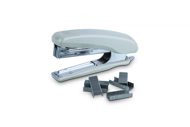 Grapadora de oficina gris con pila de grapas aisladas