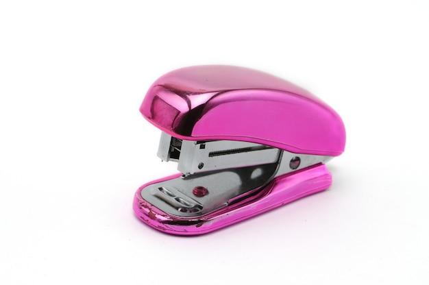 Grapadora de oficina rosa aislada