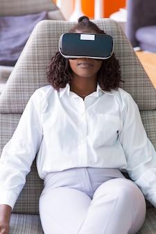 Grave empresaria pacífica viendo presentación virtual