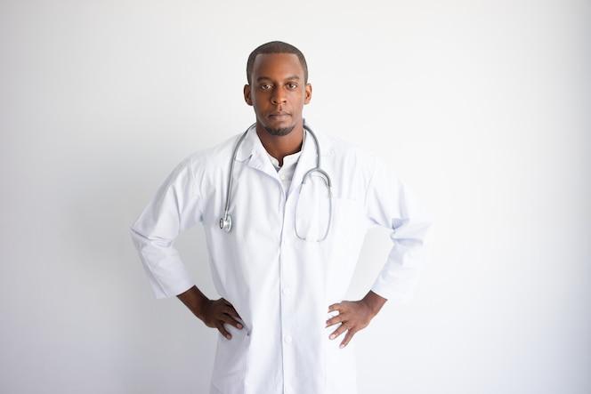 Grave guapo joven médico negro. concepto de medicina.