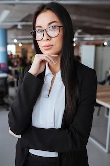 Grave hermosa empresaria joven asiática en gafas