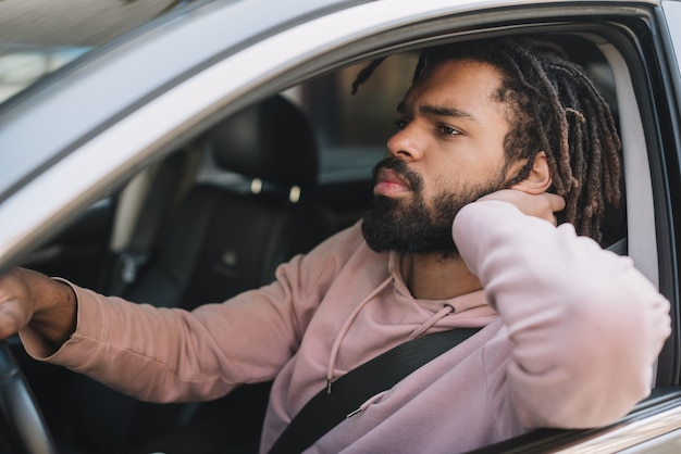 Grave hombre afroamericano conduciendo