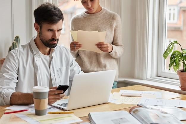 Grave hombre concentrado diseñador web trabajando en casa