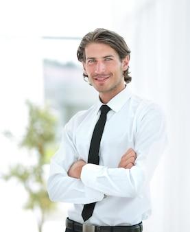 Grave joven empresario en el fondo de la oficina