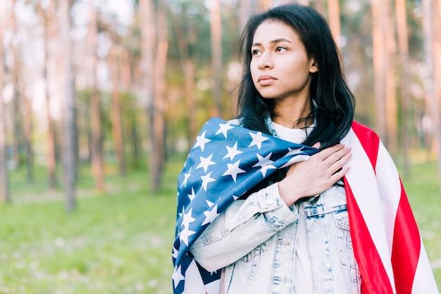 Grave mujer joven con bandera de usa