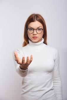 Grave mujer sosteniendo algo en la mano