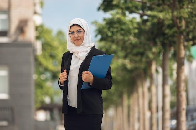 Grave. retrato de hermosa empresaria exitosa musulmana