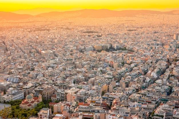 Grecia. cálida tarde de verano sobre los tejados de atenas. edificios residenciales y calles estrechas.