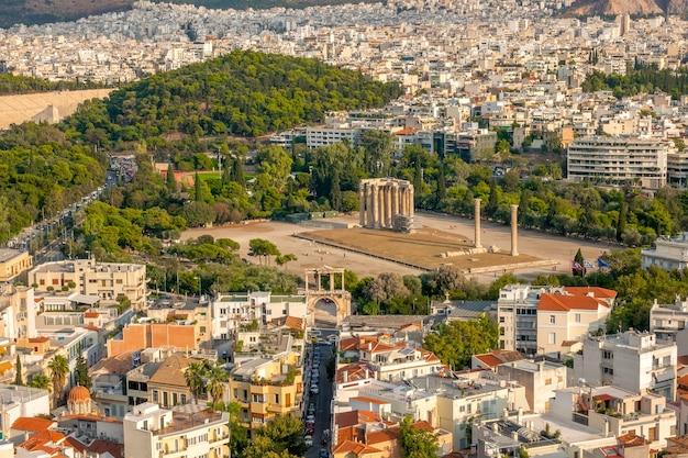Grecia. día soleado en atenas. vista aérea del templo olímpico de zeus y los tejados de la ciudad