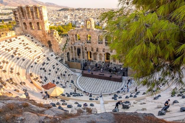 Grecia. día soleado de verano en atenas. ensayo de un concierto moderno en el odeón de herodes ático