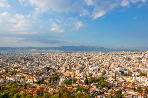 Grecia. día soleado de verano en atenas. muchos tejados