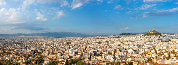 Grecia. día soleado de verano en atenas. panorama. muchos tejados y colina lycabettus