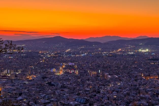 Grecia. vista panorámica desde un punto alto de atenas sin la acrópolis. puesta de sol naranja