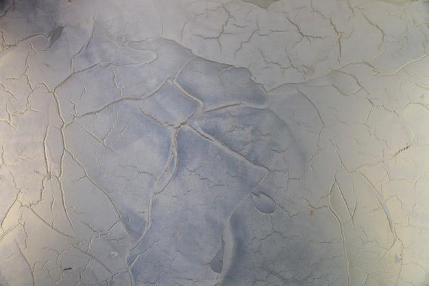 Grietas en la superficie rugosa del muro de hormigón