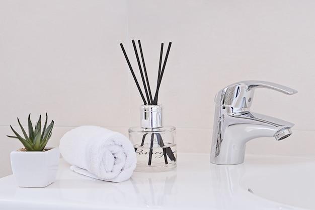 Grifo de agua cromada y lavabo. interior del baño y concepto de accesorios.