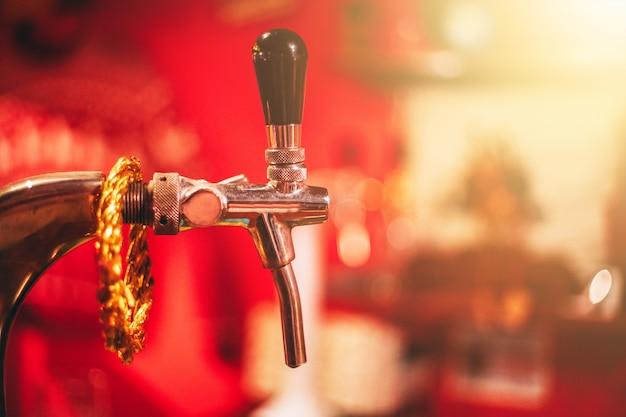 Grifo de cerveza de barril en un bar