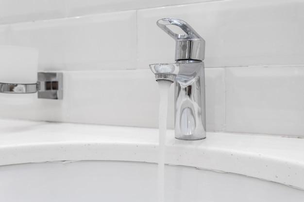 Grifo cromado en baño moderno.