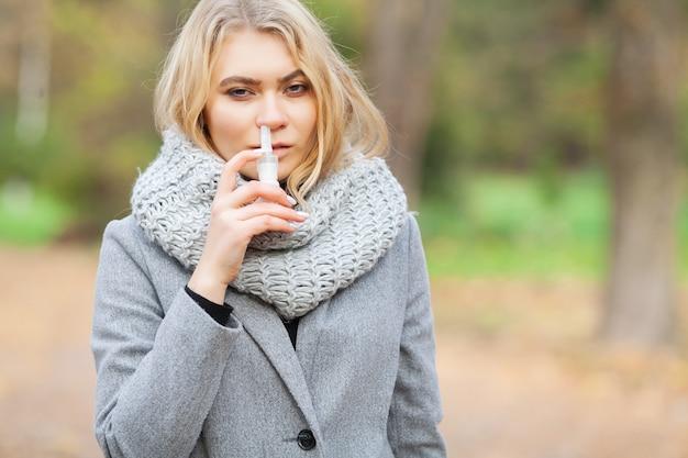 Gripe mujer caminar al aire libre