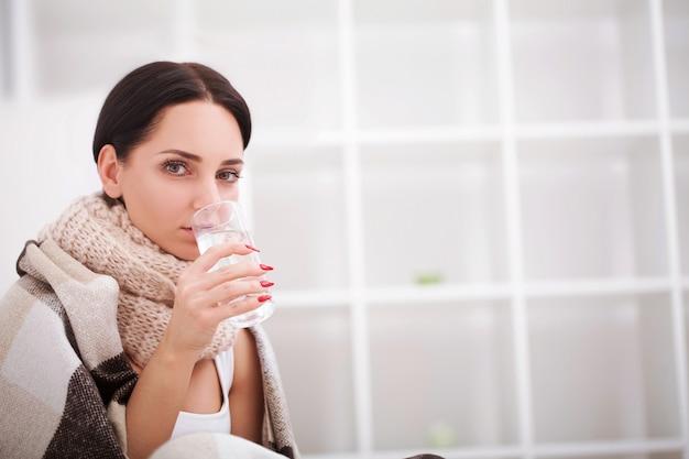 Gripe. mujer joven con gripe fría acostada en la cama