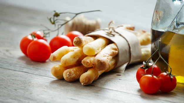 Grissini, tomates cherry y aceite de oliva.