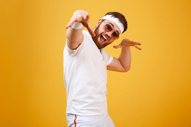 Gritando deportista feliz en gafas de sol
