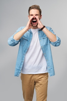 Gritando a hombre enojado emocional gritando de pie