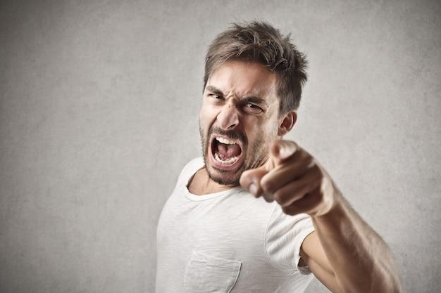 Gritando hombre enojado