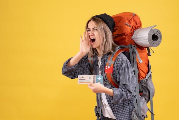 Gritando mujer viajera con mochila sosteniendo boleto