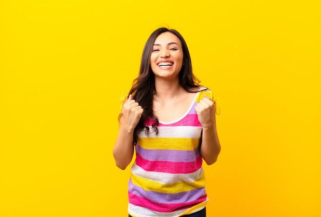 Gritando triunfante, riendo y sintiéndose feliz y emocionado mientras celebraba el éxito